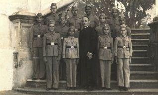 Padre Teógenes e alunos do Instituto Carneiro Mendonça em Maracanaú
