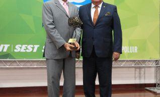 Secretário do Meio Ambiente do estado do Ceará, Sr. Artur Bruno recebendo o Troféu Destaque Ambiental.