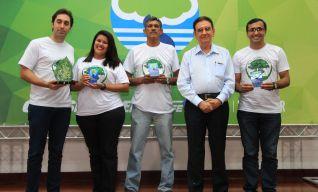 Organização Guimarães – Empresa Vitória, recebendo o Troféu PMQA – 2017.